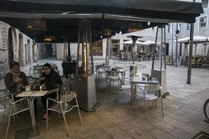 Invierno 8Dos personas en una terraza con estufas, ayer, en la plaza Jacint Reventós.