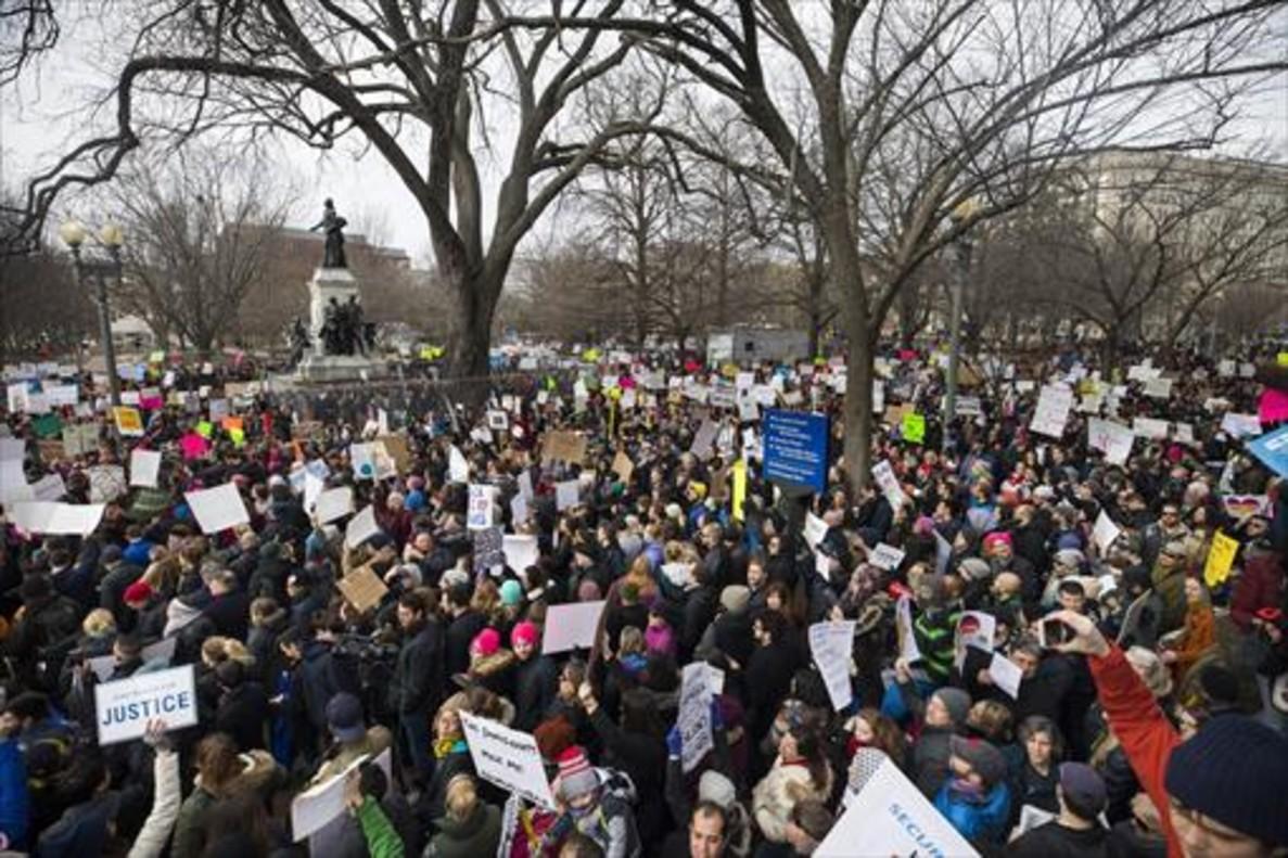 Miles de personas protestan en Washington contra la política de Trump con los refugiados e inmigrantes.