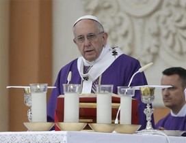 El papa Francisco celebra una misa en Carpi, Italia.