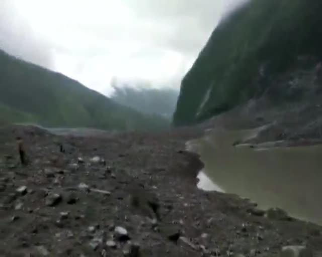 Sepultats per una esllavissada de terres a la Xina