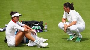 Garbiñe Muguruza charla con Conchita Martínez durante un entrenamiento en el All England Club antes del inicio de Wimbledon 2017.