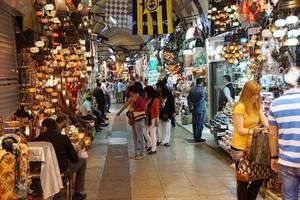Menos clientes 8Un pasillo del popular Gran Bazar de Estambul sin las aglomeraciones de antaño.