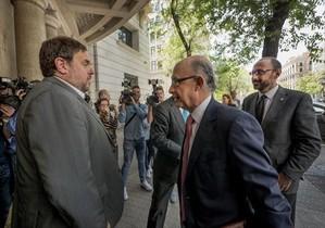 Oriol Junqueras y Cristóbal Montoro, a las puertas de la sede de Foment del Treball, el 23 de mayo del 2016.