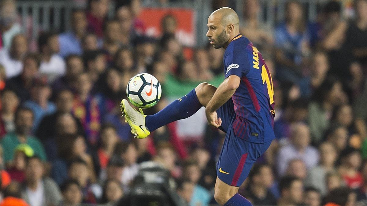 Mascherano controla el balón en el partido contra el Málaga en el Camp Nou.