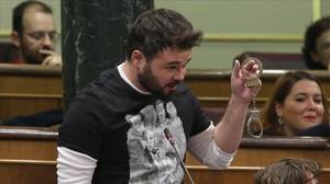Gabriel Rufián muestra unas esposas, el pasado miércoles en el Congreso.