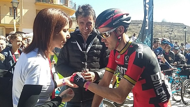 Anna González junto a Samuel Sánchez y José Luis de Santos, presidente del sindicato de ciclistas, en la Volta del 2016.