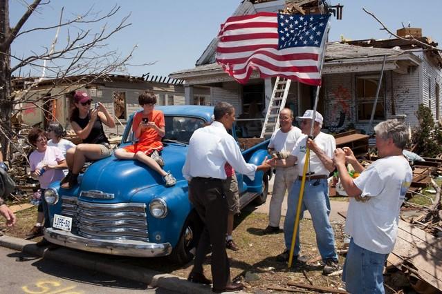 El presidente visita Joplin (Misuri), tras un desolador tornado, en mayo del 2011.
