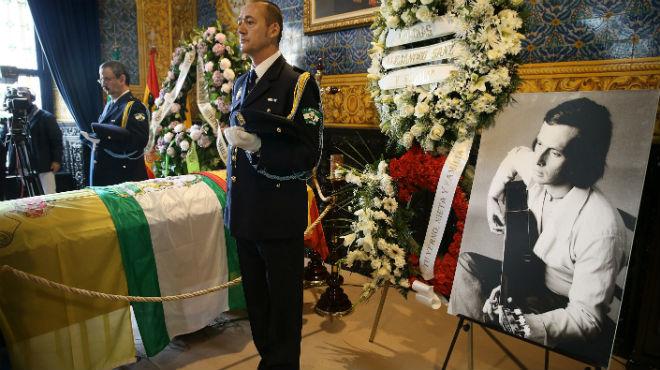 Milers de persones donen el seu últim adéu a Paco de Lucía a Algesires