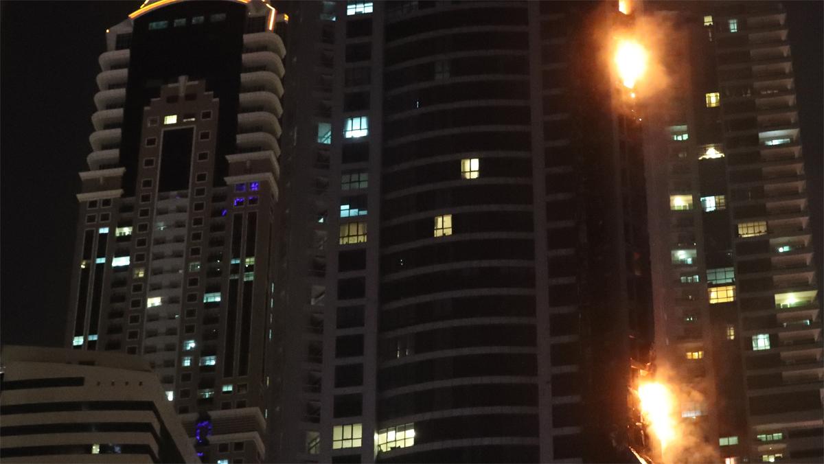 Un fuerte incendio devora otra vez la torre Antorcha de Dubái