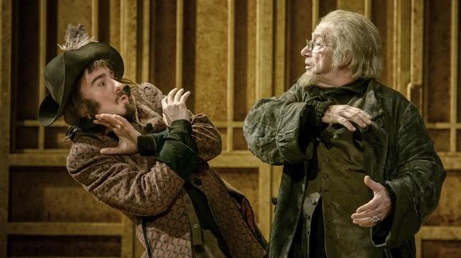 Joan Pera (derecha) y �scar Castellv�, su criado en la obra, en una escena de 'L'Avar'.