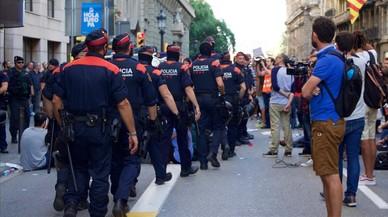 La fiscalía ordena a los Mossos precintar los colegios e impedir votar en la calle