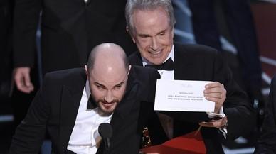 El productor de 'La La Land', Jordan Horowitz, y el actor Warren Beatty, que presentaba el Premio a Mejor Película en los Oscar, con el sobre correcto que daba como ganadora a 'Moonlight'.