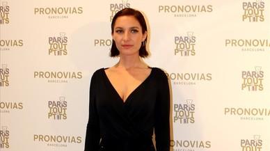 La actriz y cantanteJosephine de la Baume posa en el 'photocall' de la nueva boutique de Pronovias.