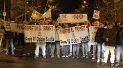 Protesta contra la 'superilla' del Poblenou, este lunes.