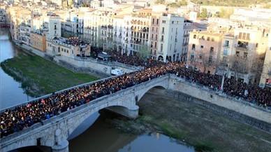 Unas 10.000 personas llenan el Pont de Pedra de Girona y las calles aledañas para ver el concierto de Txarangoen el Festival Strenes, esta tarde en Girona.