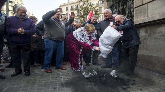 UGT lleva carbón a la Delegación del Gobierno en Barcelona