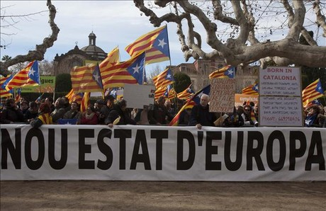 Unas 300 personas reclaman la independencia frente al Parlament
