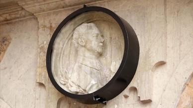 Salamanca protegeix amb una vitrina un medalló de Franco a la plaça Mayor