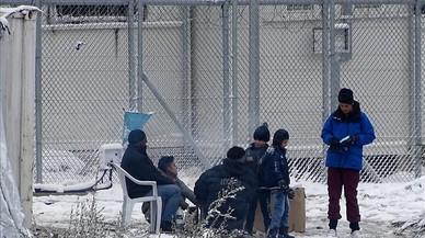"""Brussel·les admet que la situació dels refugiats a Grècia és """"insostenible"""" però assenyala al Govern d'Atenes"""