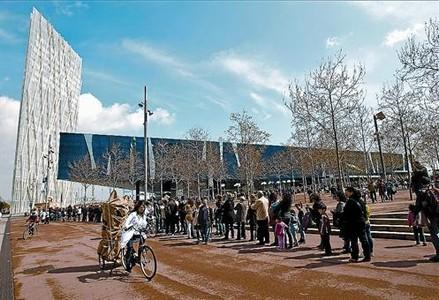 Largas colas para acceder al nuevo Museu Blau del edificio Fòrum, ayer por la mañana.