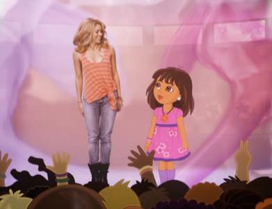 Shakira y Dora la Exploradora, personaje de una serie de animación de Nickelodeon.
