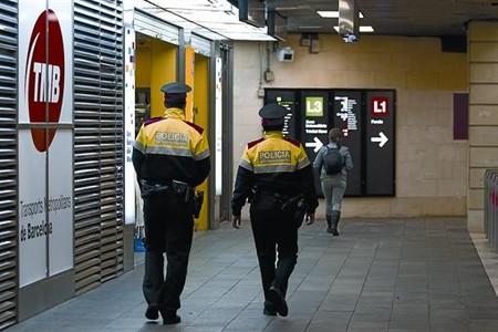 Dos agents dels Mossos patrullen per l'estació de metro de Plaça de Catalunya, ahir.
