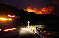 El incendio de Santa Cristina de Aro el viernes por la noche. EFE