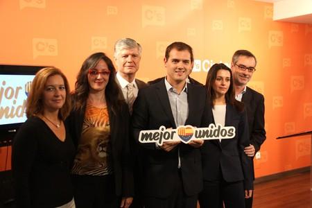 Albert Rivera, junto a otros candidatos de Ciutadans, este domingo en Barcelona.