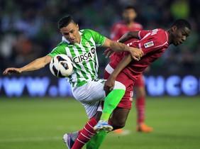 Ruben Castro y Kondogbia disputan un balón.