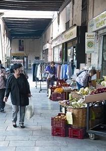 Alrededor del mercado 8 Tiendas en la plaza del Mercadal, ayer.