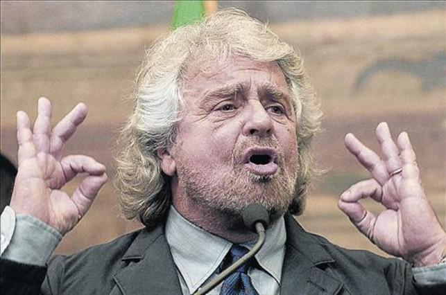 Grillo comparece ante la prensa tras su encuentro con Renzi, ayer.