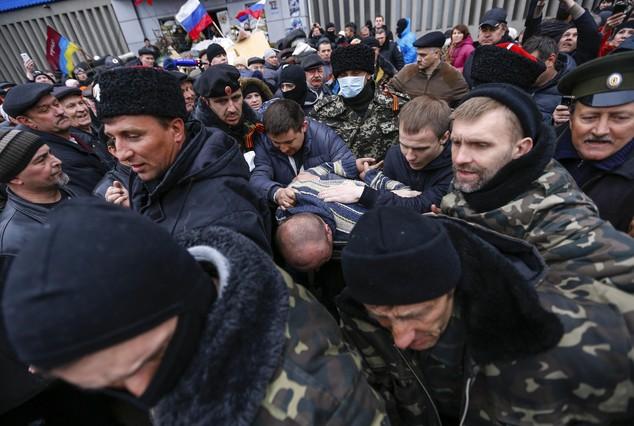 Prorrusos escoltan a un detenido en la localidad de Luhansk, al este de Ucrania.