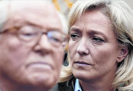 Marine Le Pen escucha a su padre mientras este pronuncia un discurso, en el 2007.