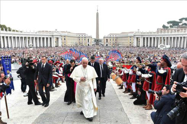 El papa Francisco a su llegada a la Plaza de San Pedro del Vaticano para presidir la audiencia general semanal.