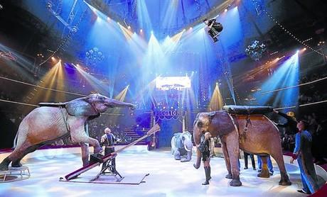 Espect�culo con elefantes de la familia Cassely durante una funci�n del Circo Bouglione, en Par�s, el viernes pasado.