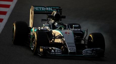 Lewis Hamilton conduce el Mercedes durante los test invernales en el Circuit de Catalunya.