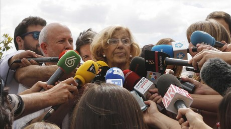 Manuela Carmena, este lunes, 25 de mayo, rodeada de periodistas.