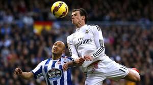Gareth Bale disputa el balón de cabeza durante el partido contra el Deportivo