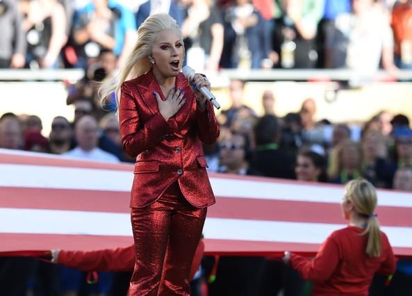 Lady Gaga canta el himno nacional de EEUU antes del inicio de la Super Bowl, en el estadio Levis de Santa Clara.