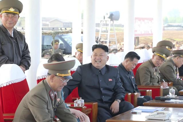 Kim Jong-un, rodeado de oficiales del Ejército, durante una demostración militar, en una imagen de archivo.