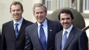 De izquierda a derecha: Blair, Bush y Aznar, en el aeropuerto de la isla de Terceira, en las Azores, antes de la cumbre, el 16 de marzo del 2003.