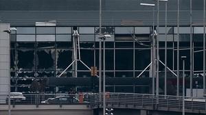 Cristales rotos en el aeropuerto de Zaventerm, en Bruselas.