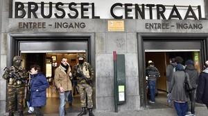 La policía asegura la estación central de Bruselas este miércoles tras los atentados en la capital belga.