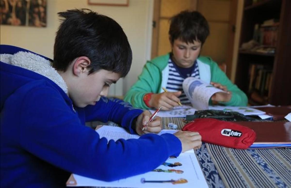 Pau y Unai alumnos de quinto de primaria haciendo los deberes de la escuela