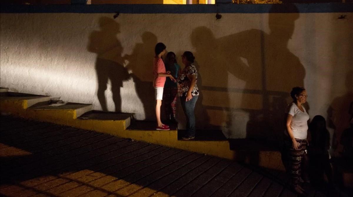 Varios residentes se dirigen a una protesta contra el racionamiento energético tras un corte de luz de 24 horas, en las afueras de Caracas, el 23 de abril.