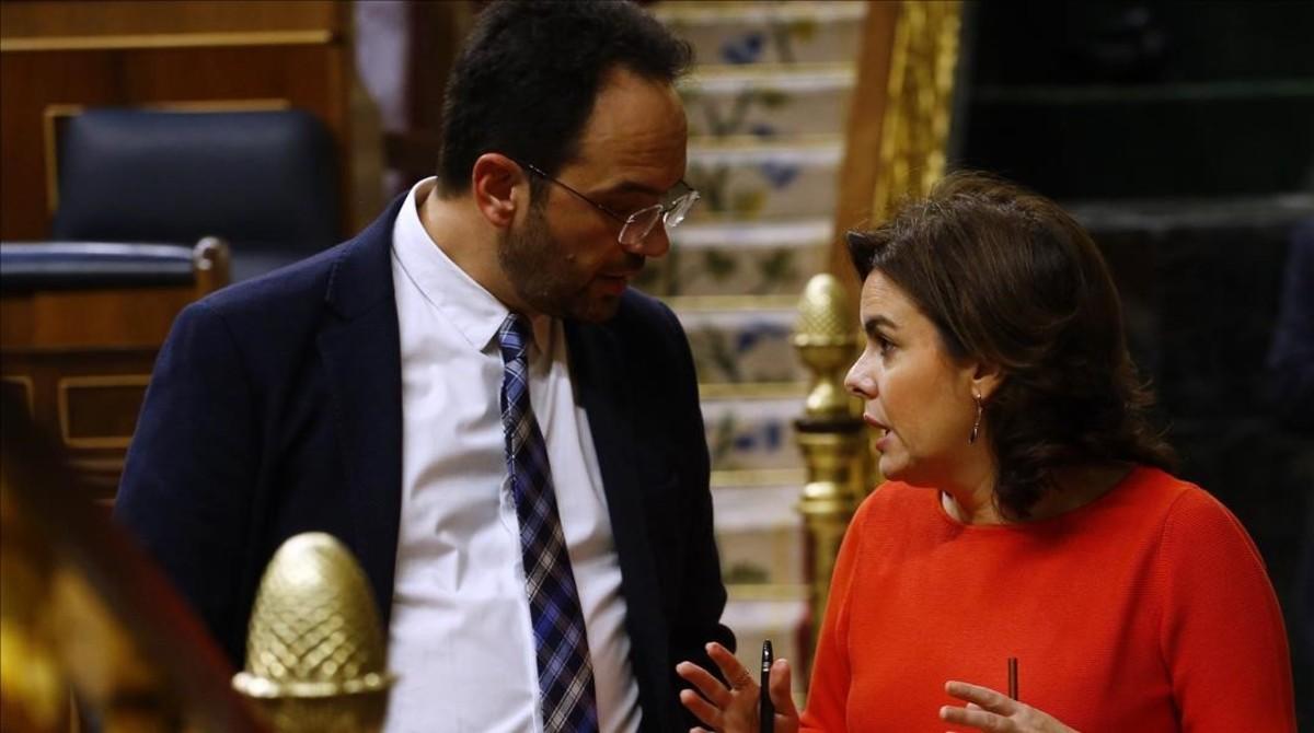 El portavoz socialista, Antonio Hernando, y la vicepresidenta del Gobierno, Soraya Sáenz de Santamaría, el pasado miércoles en el Congreso.