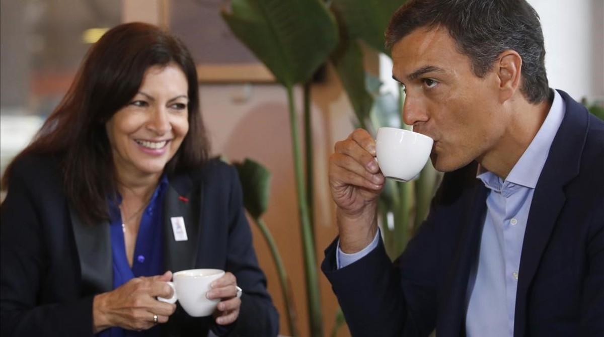 Pedro Sánchez y Anne Hidalgo desayunan en el Círculo de Bellas Artes de Madrid.