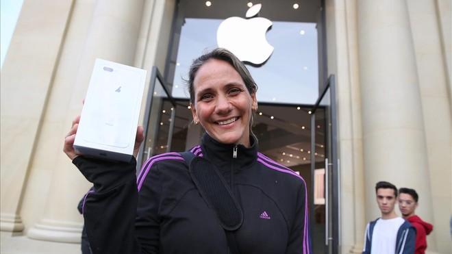 Nedy García, una de las primeras compradoras del iPhone 8 en Barcelona.