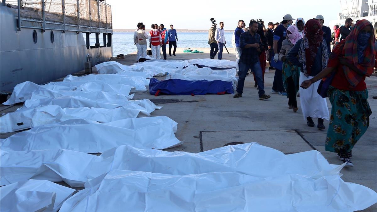 Bolsas con algunos de los cadáveres de inmigrantes que murieron ahogados, en Trípoli, el 25 de noviembre.