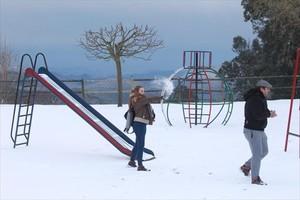 Una pareja se divierte con la nieve caída en Coll de Ravell (Montseny), ayer.